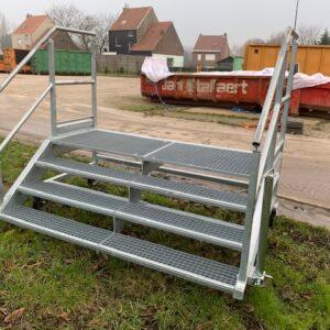 Escalier galvanisé avec ouverture à l'avant